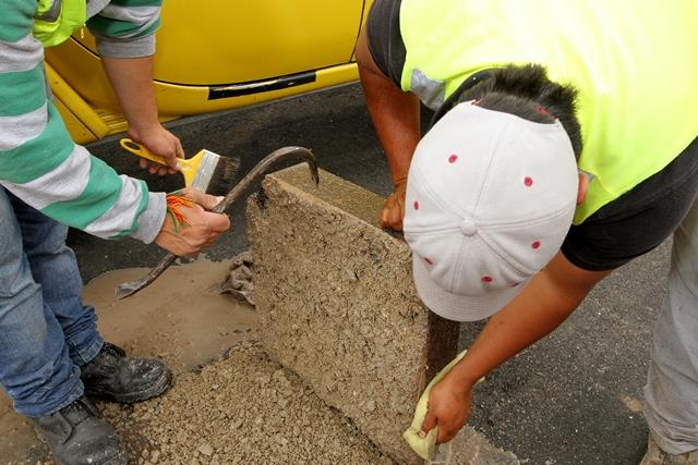Técnicos retiram amostra de capa asfáltica na Rua ...
