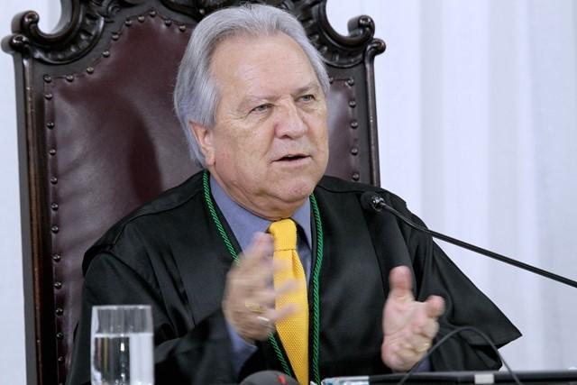 O conselheiro Nestor Baptista preside sessão da Pr ...