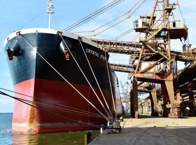 Carregamento de navio no Porto de Paranaguá, no Li ...