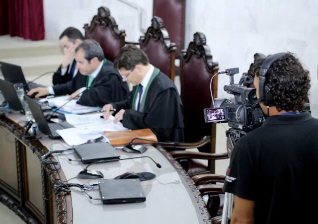 O conselheiro Ivens Linhares relata processo em se ...