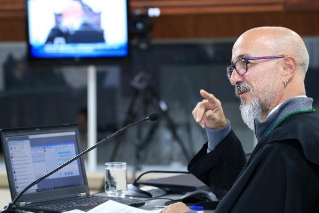 O conselheiro Fernando Guimarães relata processo e ...
