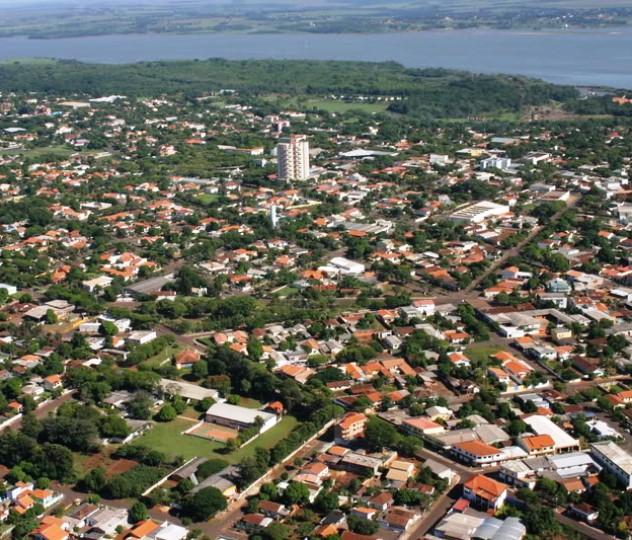 Vista aérea de Guaíra, com o Rio Paraná ao fundo. ...