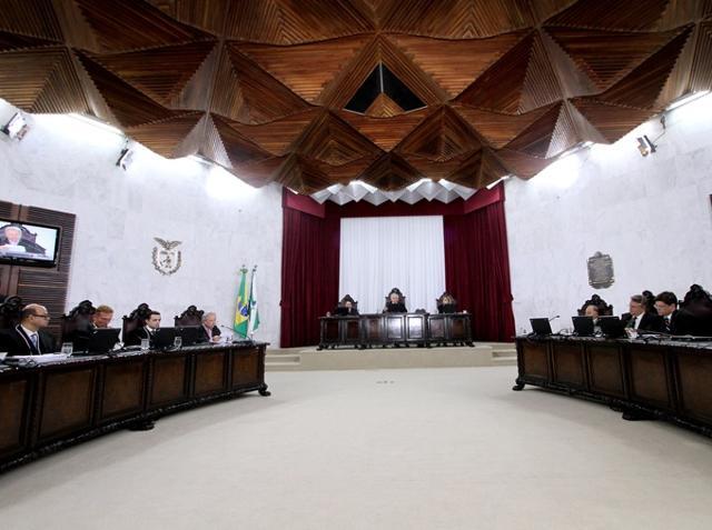 Sessão do Pleno do TCE-PR, presidida pelo conselhe ...