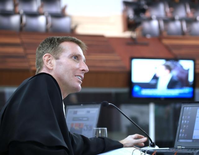 O conselheiro Fabio Camargo relata processo em ses ...