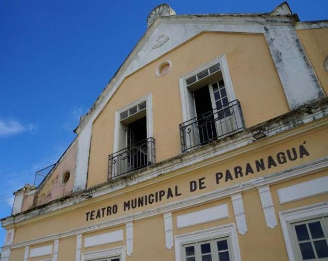 Teatro Municipal Rachel Costa, em Paranaguá, no Li ...